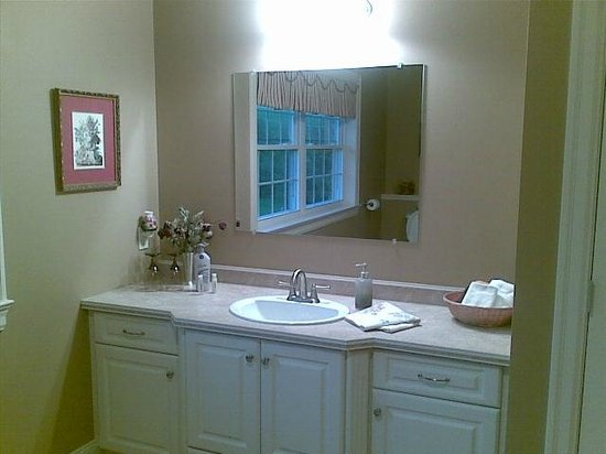 Sunset-on-The-River Bed and Breakfast: Bathroom vanity