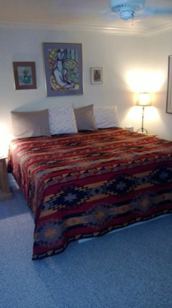 Inn at the Art Center: Santa Fe king bed