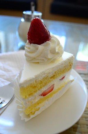 Kakiang Bakery: Strawberry Cake
