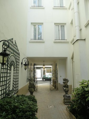 Hotel de Varenne: View to the street from the courtyard/entrance