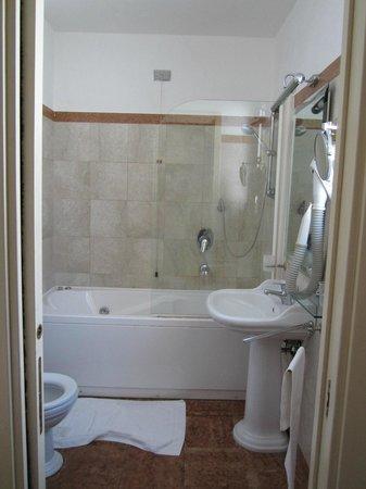 Hotel Cinquantatre: The bathroom