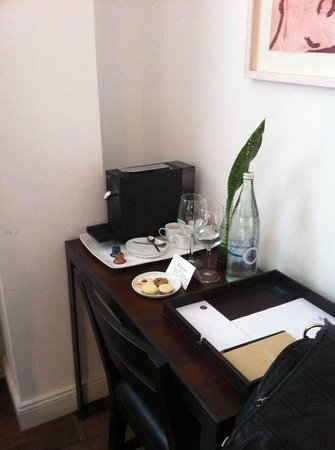 Townhouse Tel Aviv: Complimentary cookies, bottle of water and coffee