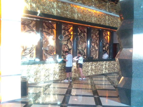 Dazheng Hot Spring Holiday Hotel : The lobby with NO AC ! ! !