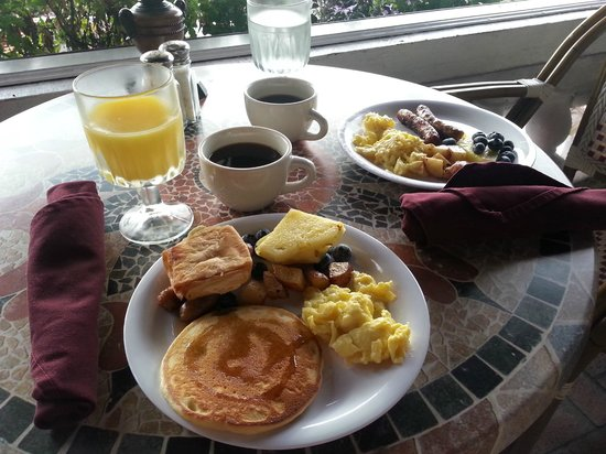 Casablanca Inn on the Bay: Breakfast on the veranda