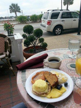 Casablanca Inn on the Bay: Breakfast on the veranda