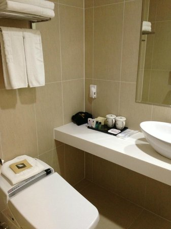 Aventree Hotel Jongno: Bathroom Sink and Toiletries