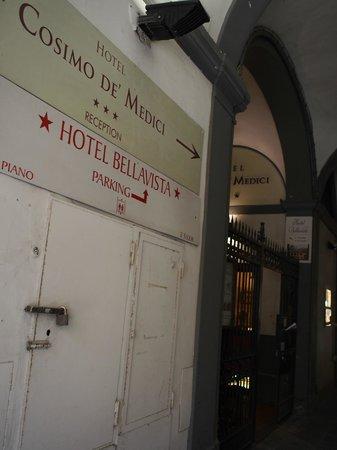 Hotel Cosimo de' Medici: 入口は分かり辛いですが、表示はあります。