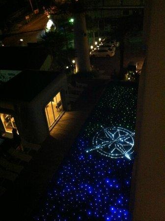 Sugar Marina Resort - Nautical - Kata Beach: 夜はライトアップするプール!
