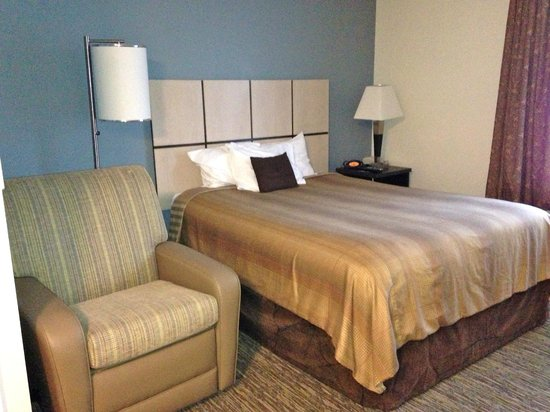 Candlewood Suites Jacksonville: Room picture of bed and recliner