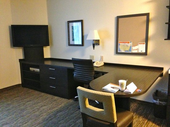Candlewood Suites Jacksonville: Table and desk area, oversized TV