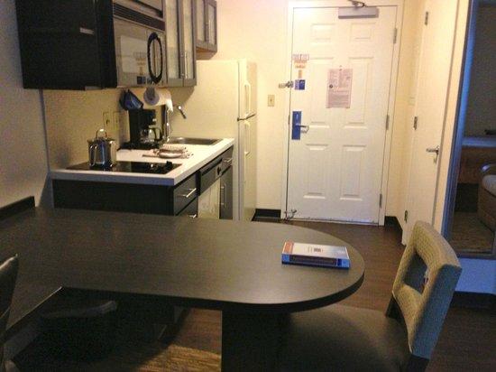 Candlewood Suites Jacksonville: Kitchenette