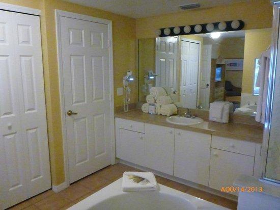 salle de bain chambre des maîtres - Picture of Liki Tiki Village ...