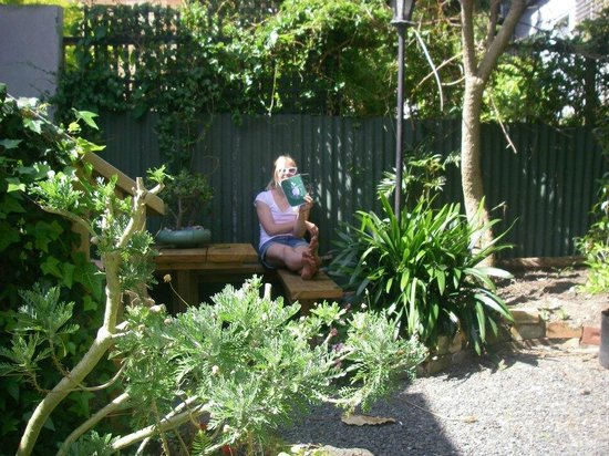 Brown Kiwi Backpacker Hostel : enjoying the sun in the garden