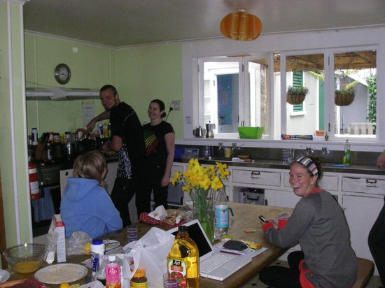 Brown Kiwi Backpacker Hostel: sharing the cooking in farmhouse style kitchen