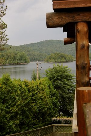 Le Grand Lodge Mont-Tremblant : Partial view of the lake from suite 334