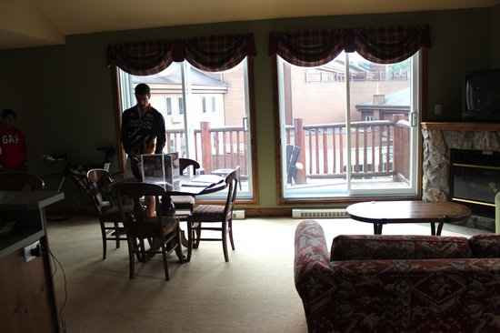 Le Grand Lodge Mont-Tremblant: View of balcony from inside of suite 334
