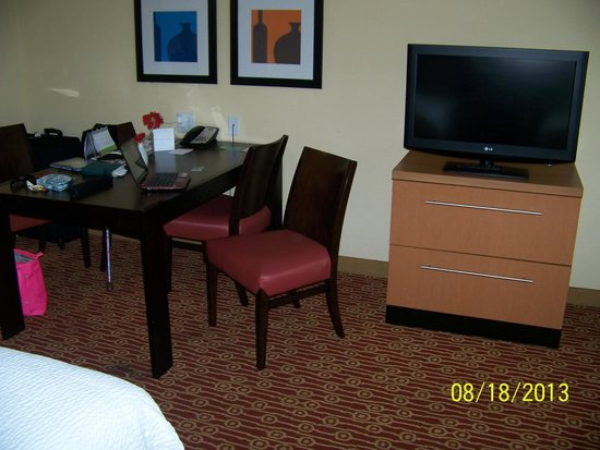 TownePlace Suites Fort Wayne North : Table for four