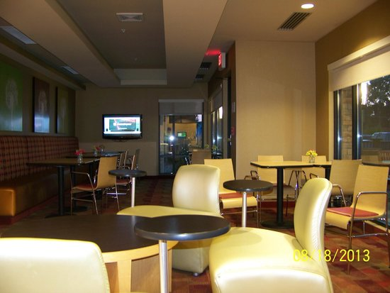 TownePlace Suites Fort Wayne North : Breakfast area