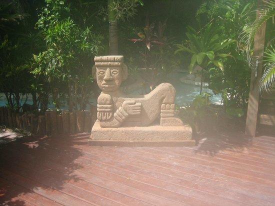 Ramon's Village Resort: statue on grounds