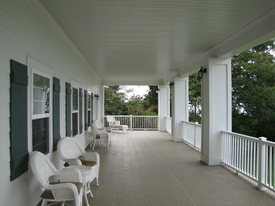 George Washington Inn : The upstairs veranda on the sea side of the inn.  So relaxing!