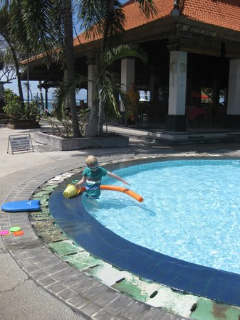 Vila Shanti Beach Hotel: Pool and restaurant