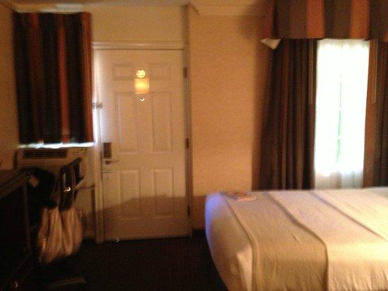 Holiday Inn Laguna Beach: Drapes Need Closing for Privacy
