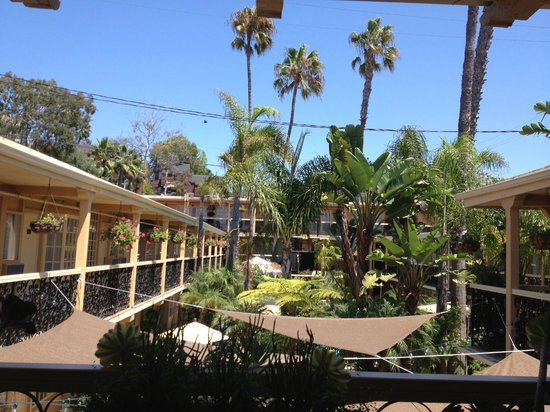 Holiday Inn Laguna Beach : Walkways Which Pass Guest Room WIndows!
