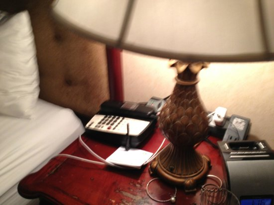 Holiday Inn Laguna Beach : NIghtstand with power strip