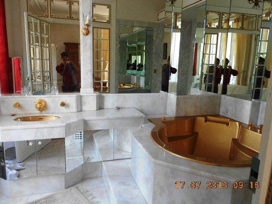 Chateau Bouvet Ladubay : Baño con jacuzzi