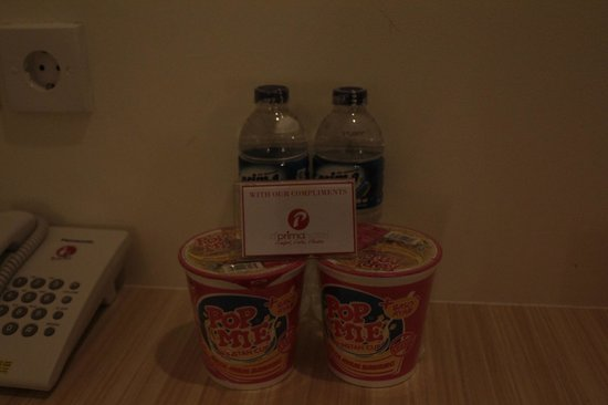 d'primahotel WTC Mangga Dua : complimentary drinks and instant mee