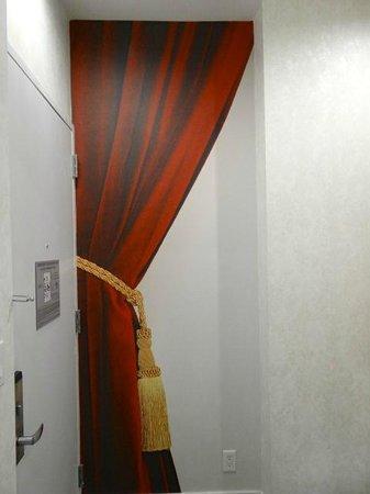 Hotel Indigo : Cool tromp l'oeil curtain in room.  Very thoughtful decor!