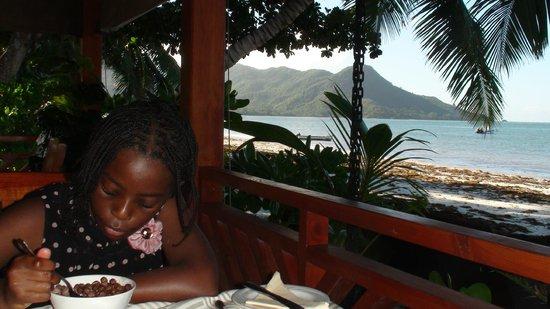 Villas de Mer: Beach side dining