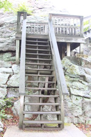 Split Rock Resort & Golf Club: Stairs to look out at Split Rock road