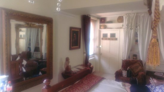 Brunswick Cottage Bath: A view of the room with the four poster bed.