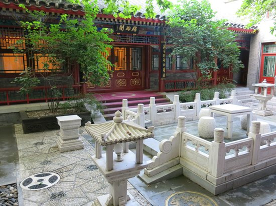 Han's Royal Garden Hotel: Courtyard outside our room