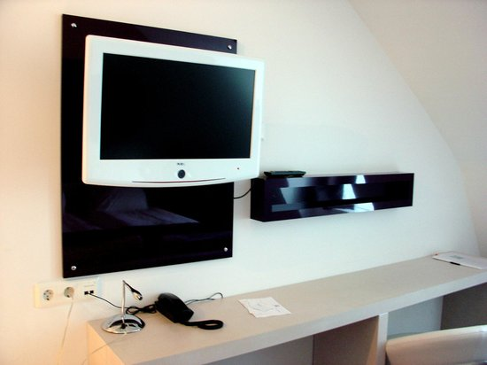 Hotel Gustav Vasa: Television with large desk