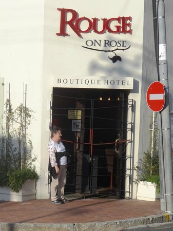 Rouge on Rose : Ilona at the entrance