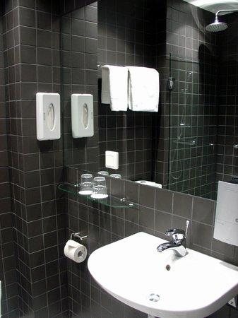 Hotel Gustav Vasa: Very Clean Bathroom
