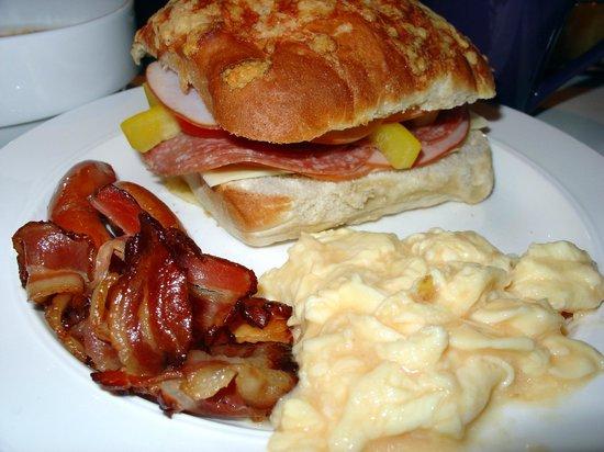 Hotel Gustav Vasa: Breakfast: Cold cuts, bread, eggs, bacon