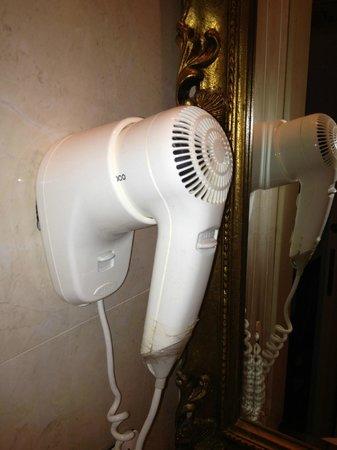 Hotel Belle Epoque: sèche cheveux rafistolé avec du scotch