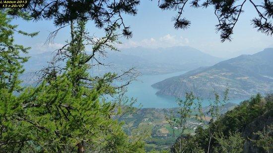 Le Domaine de L'Adoux : Vue sur le lac de Serre-Ponçon tout proche...