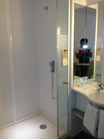 ibis budget Zurich City West: Bathroom