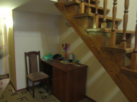 Deluxe Hotel: le coin bureau (avec un petit frigo dans la porte droite du bureau)