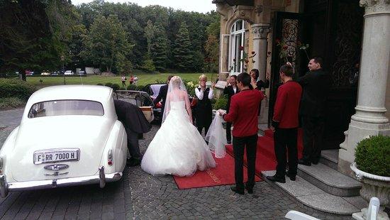 Villa Rothschild Kempinski: Spalier für das Brautpaar
