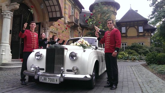 Villa Rothschild Kempinski: Rolls Royce Hochzeitsauto unter dem Rosenspalier des Personals