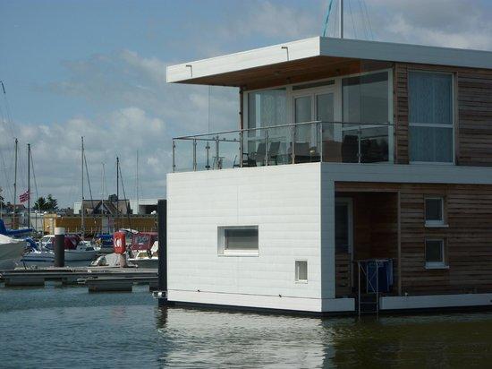 Floating Houses Marina Kroslin: Das Haus vom Wasser aus.