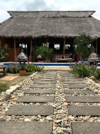 Buena Onda Beach Resort : Restaurant area overlooking the pool