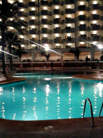 AluaSoul Mallorca Resort: Piscina al anochecer