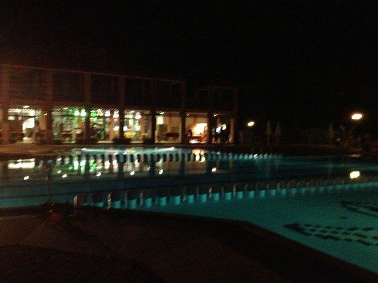 Argentario Camping Village: Piscina di sera