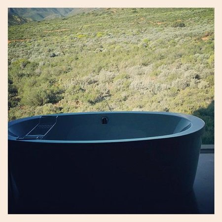 Tanagra Wine + Guestfarm: Inside bath but feels like you are outside
